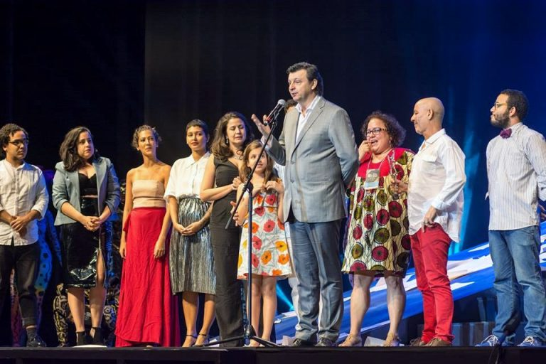 Professor Claudio Cajaiba no palco ao lado de artistas do teatro baiano